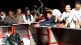 Varios clientes golpean y zarandean la barra del Xiringüelu, en Pravia