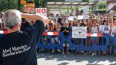 Un hombre contempla la manifestación antitaurina frente a El Bibio