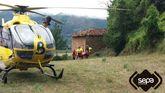 Los bomberos evacúan a dos ciclistas heridos en el puerto de San Lorenzo, en Somiedo, durante una prueba