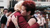 Una barcelonesa abraza a una marroqui que se acerco a las Ramblas a homenajear a las víctimas