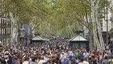 Ciudadanos y turistas llenaron ayer las Ramblas de Barcelona, que, unida frente a la barbarie, recuperó la normalidad tras el ataque terrorista del jueves
