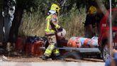 Los bomberos retiran bombonas de la casa que explotó la madrugada del miércoles en Alcanar
