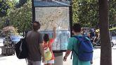 Unos turistas consultan un plano de Oviedo en la calle Uría