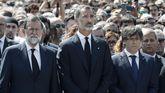 Felipe VI, acompañado de Rajoy y Puigdemont durante el minuto de silencio por los atentados que se guardó en la Plaza de Cataluña el pasado viernes