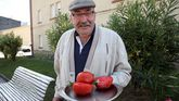 José Luis muestra los tomates que salvó.