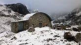 El refugio del Jou de los Cabrones, en Picos de Europa, nevado en septiembre