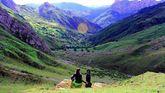 Una joven observa con su perro el paisaje de las Ubiñas