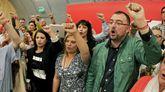 El alcalde de Laviana, Adrián Barbón (d), tras ser elegido nuevo secretario general de la FSA-PSOE en las elecciones primarias, con Adriana Lastra y Gimena Llamedo