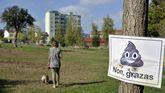 En Canido, algunos vecinos sueltan a sus perros en la zona verde situada detrás del instituto en lugar de llevos al parque canino, por considerlo pequeño y sombrío
