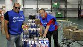 En la imagen, Fernando y Juanjo, dos de los voluntarios del Banco de Alimentos de Ferrol