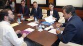 El portavoz de Podemos en la Junta General, Emilio León (i), el presidente del Principado, Javier Fernández (d), Dolores Carcedo y Marcelino Marcos al inicio de la reunión celebrada para abordar la negociación del proyecto de Presupuestos Generales del Principado de Asturias para 2018.