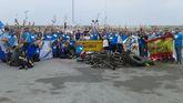 Voluntarios que participaron en la limpieza del fondo del mar en Cudillero muestran parte de la basura recogida