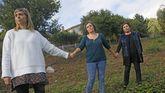 Marta, Marisa y Pilar posan para La Voz en el mismo lugar en el que formaron la cadena humana que en el 2006 luchó contra el fuego frente a sus casas en Vilagarcía