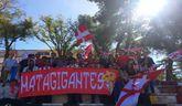 "Miembros de la peña ""Matagigantes"" posan con su pancarta"