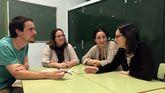 Los intérpretes de lengua de signos David González. Ledicia Fernández y Conchi Fuertes con Gisela Ramos, en el centro, madre de una niña con discapacidad auditiva