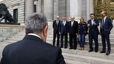El consejero vasco de Hacienda (izqiuierda) con varios miembros del grupo parlamentario del PNV en el Congreso
