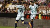 Pere Milla y Marc Mateu celebran un gol en Vallecas