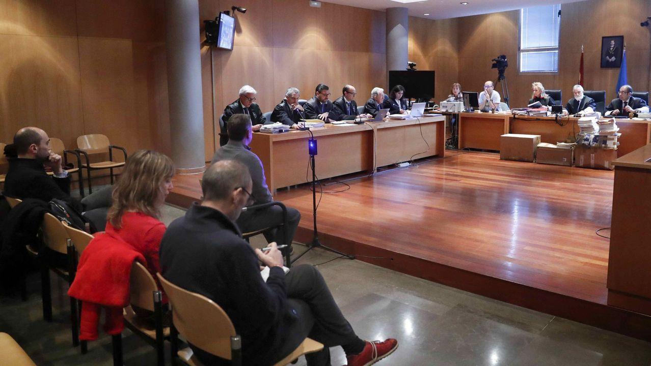 La Audiencia Provincial de Oviedo sigue con el juicio por las presuntas irregularidades contables en el Centro Niemeyer de Avilés con las testificales de los acusados. En la imagen; el exagente de viajes, José María Vigil (c); ex director general de la Fundación Niemeyer ,Natalio Grueso (d); su exesposa, Judit Pereiro (2d); y el exjefe de producción,Marc Martí (i)