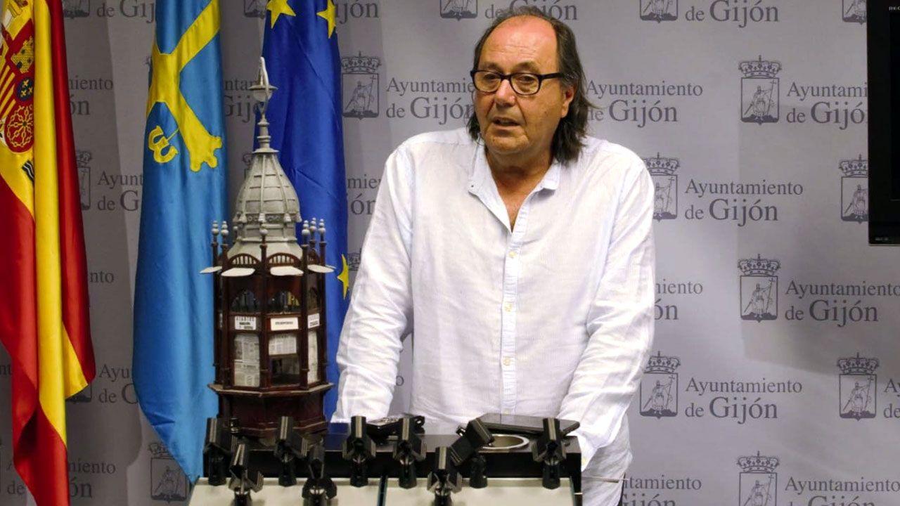 Mario Suárez del Fueyo, junto a la maqueta del kiosco de Pachín de Melás