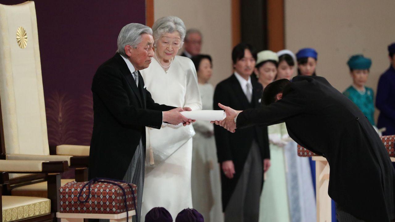Los emperadores Akihito y Michiko durante el ritual de abdicación en el palacio imperial de Tokio al que asistieron 500 personas