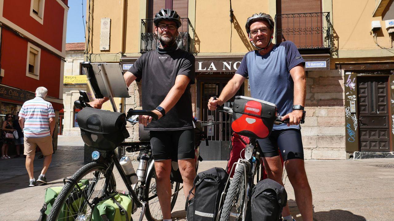 .Dos peregrinos belgas, en la plaza de San Martín, en León