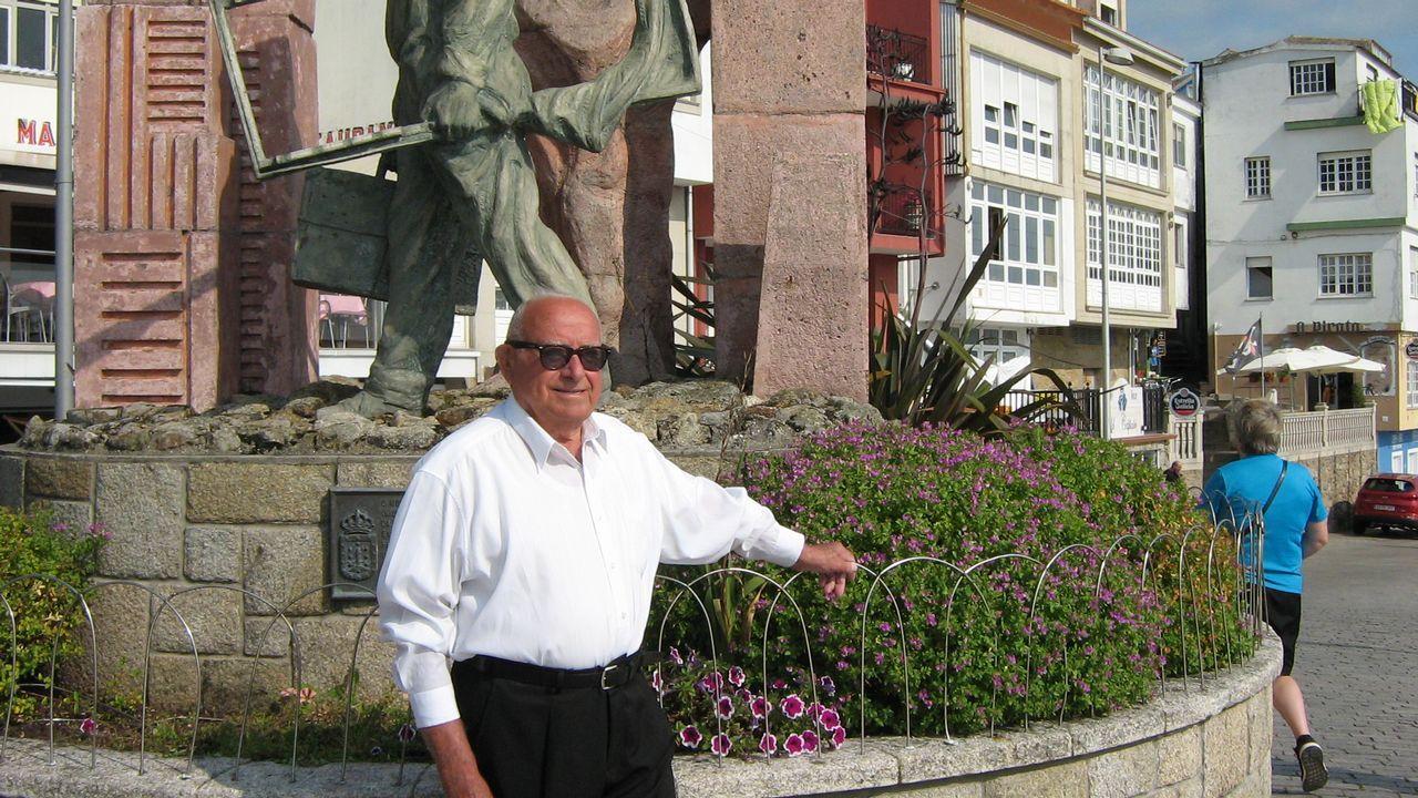 Los funcionarios ahora eligen las islas.Luis Insua Papín ante el monumento al emigrante en Fisterra en septiembre de 2017