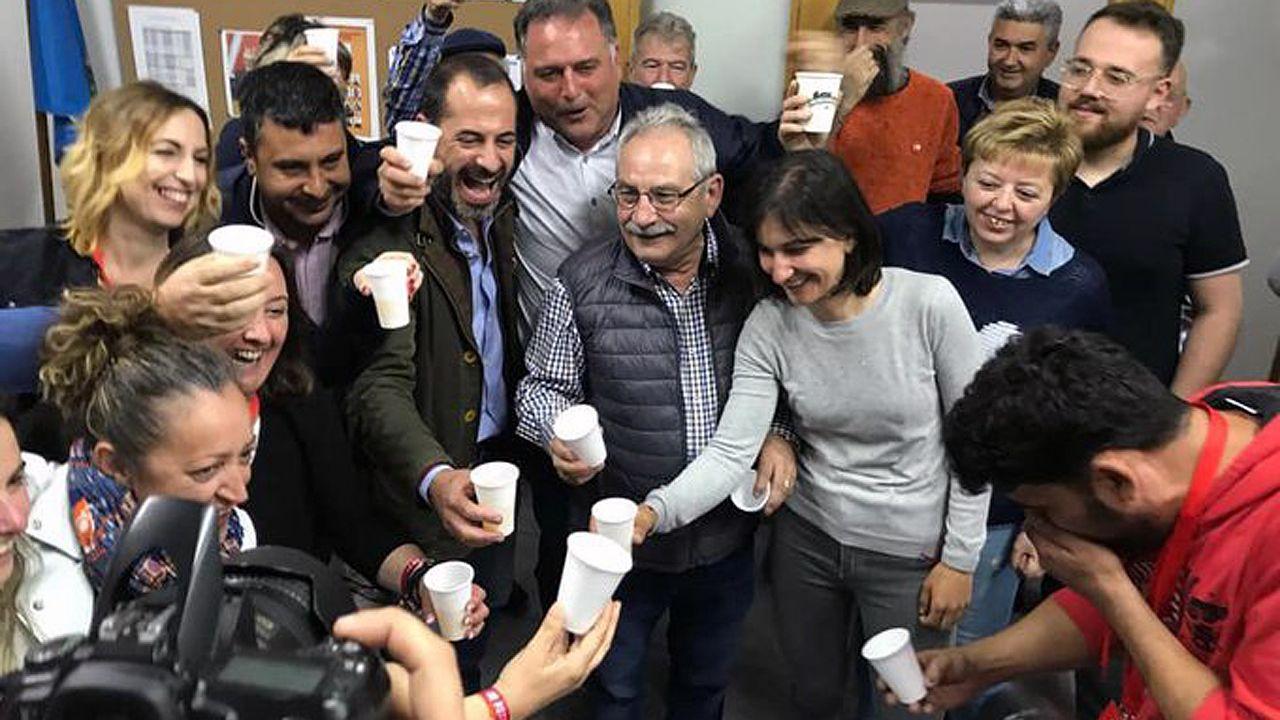 Los socialistas rondean a Ángel García Cepi, para celebrar la victoria del PSOE