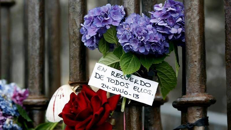 El Obradoiro despide con un sonoro aplauso a los familiares de las víctimas.Lavandeira Jr. | Efe