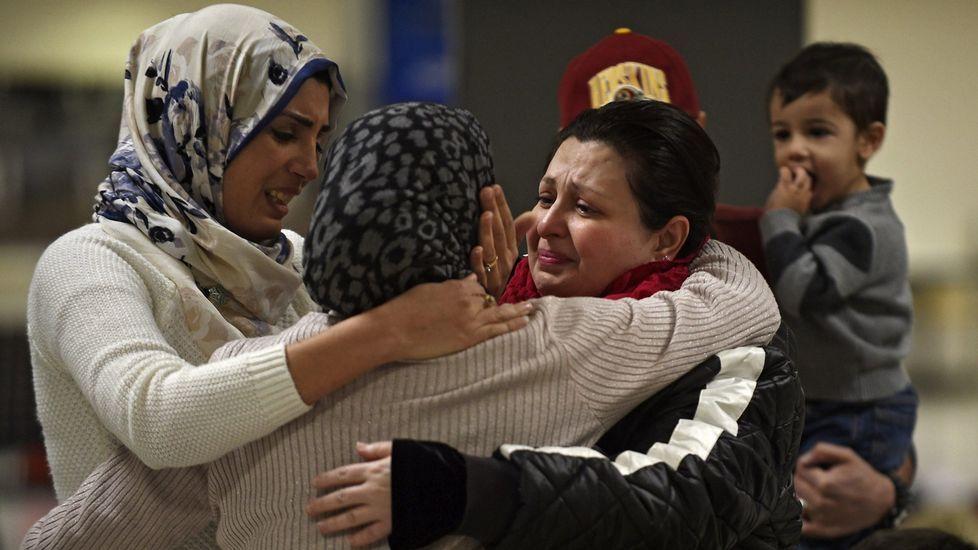 .Una familia iraquí de Woodbrige, Virginia, da la bienvenida a una pariente en el aeropuerto internacional de Duller en Sterling, Virginia