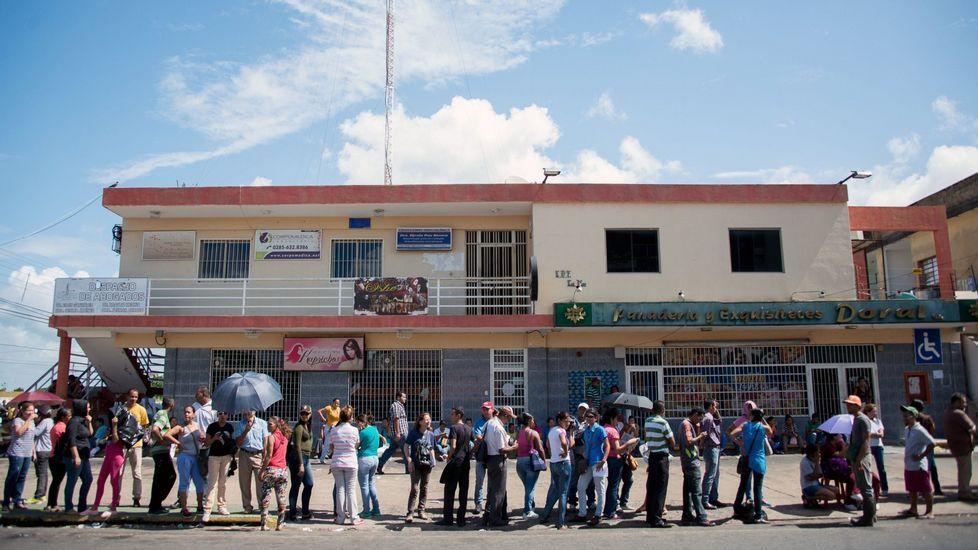 El director en Panamá de la Pastoral Social Cáritas, Víctor Berrío, conversa con un grupo de cubanos en un refugio de la institución.