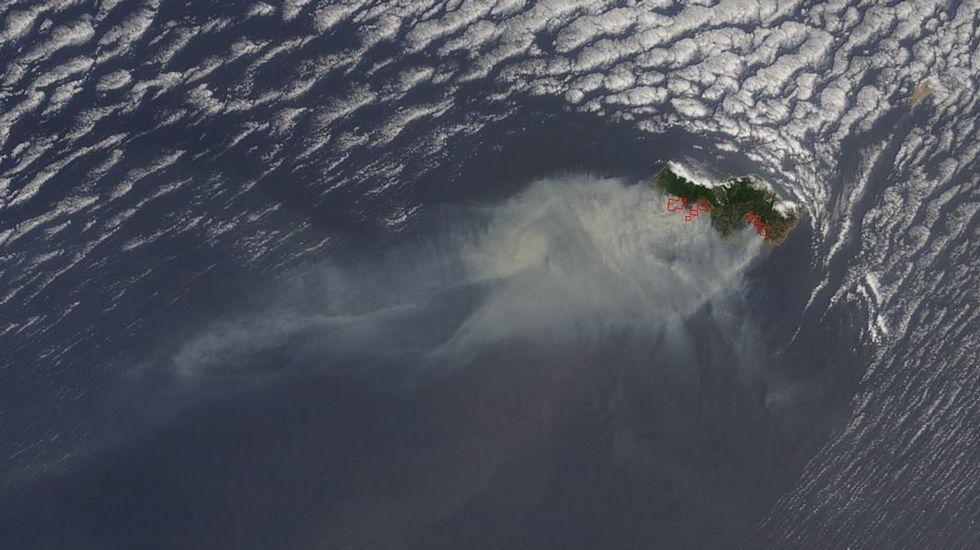 Imagen del satélite que muestra los incendios en la isla de Madeira durante el miércoles 10