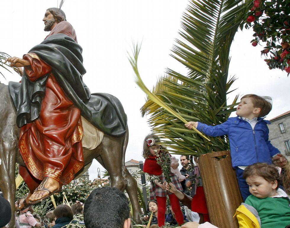 Santiago celebra el Domingo de Ramos.La Praza da Ferrería, en Pontevedra, acogió la tradicional bendición de ramos y palmas. Los presentes salieron después en procesión.