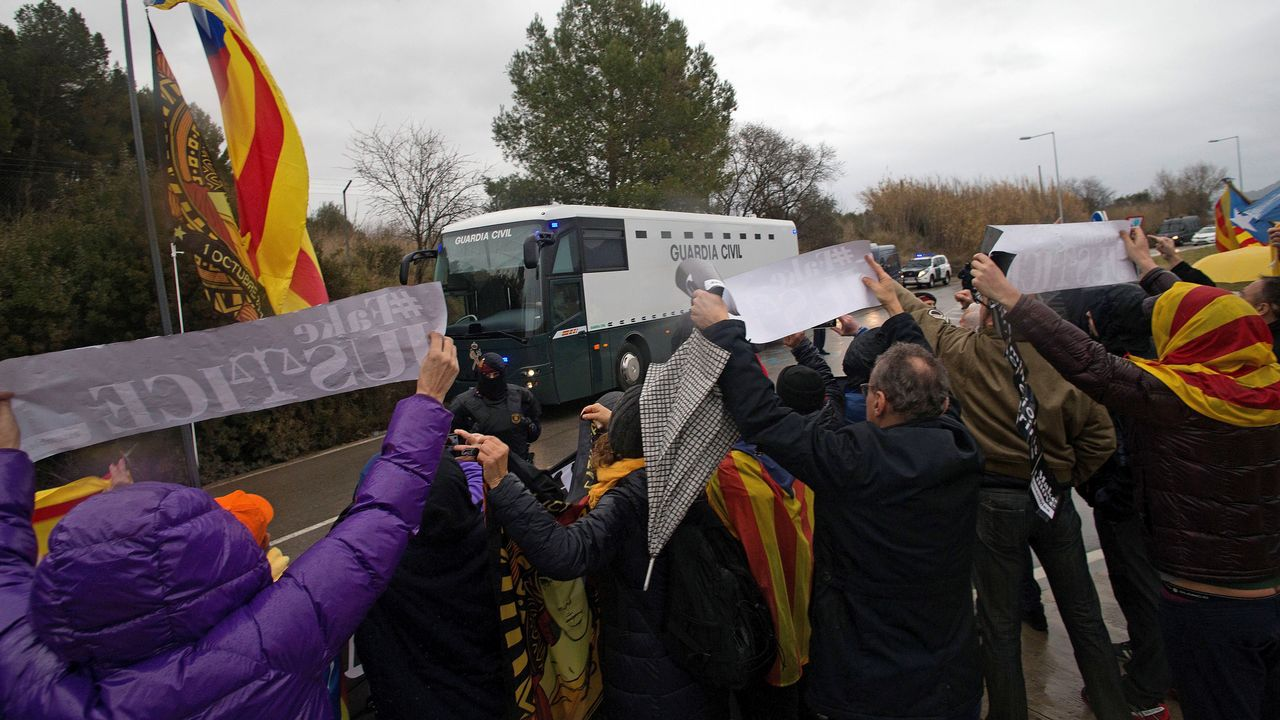 Muñecos que preparan los auxiliares educadores para su protesta por el recorte horario.Manifestantes muestran su apoyo a la salida de la prisión de Brians a los nueve presos independentistas que son trasladados en un autobús de la Guardia Civil a Madrid