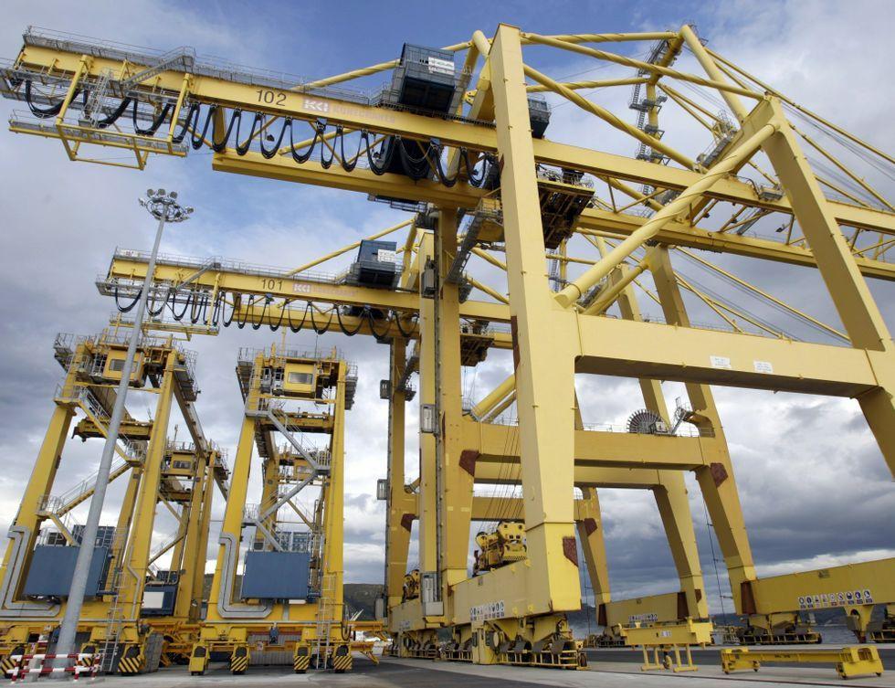 En la foto, las grúas que instaló FCT en el puerto exterior de Caneliñas.