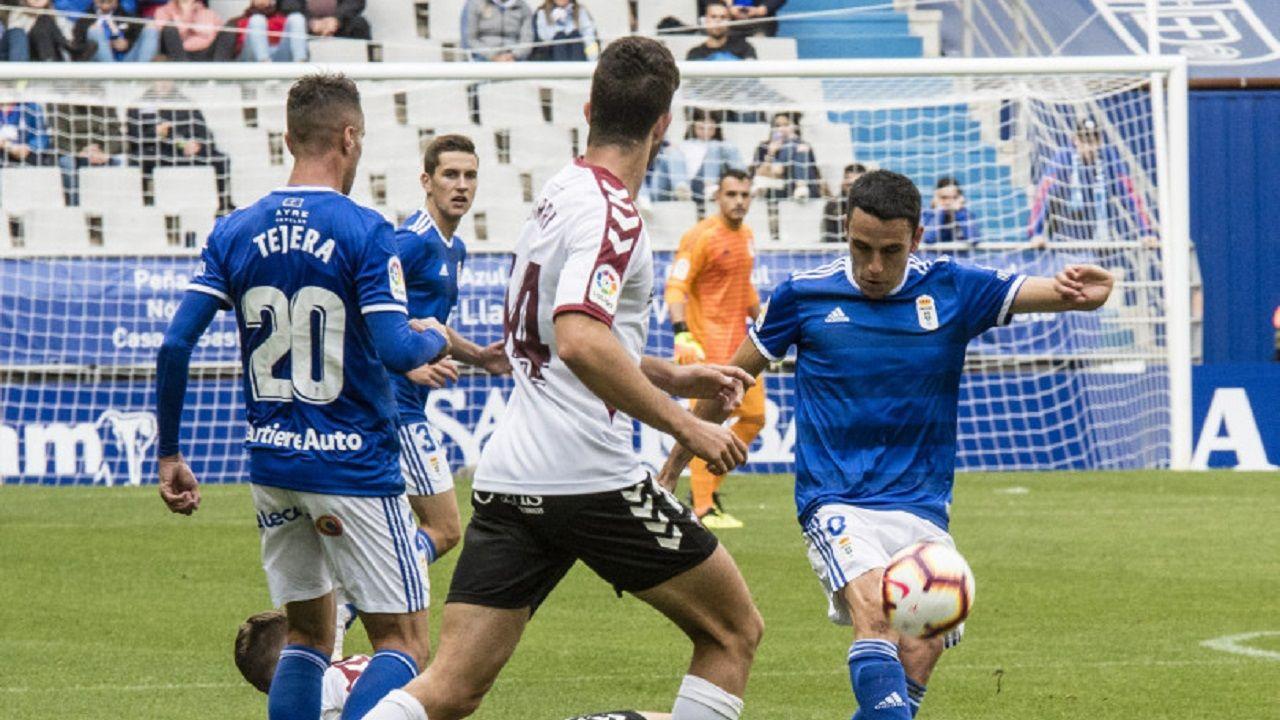 Javi Hernandez Real Oviedo.Folch golpea el esferico durante el partido frente al Albacete