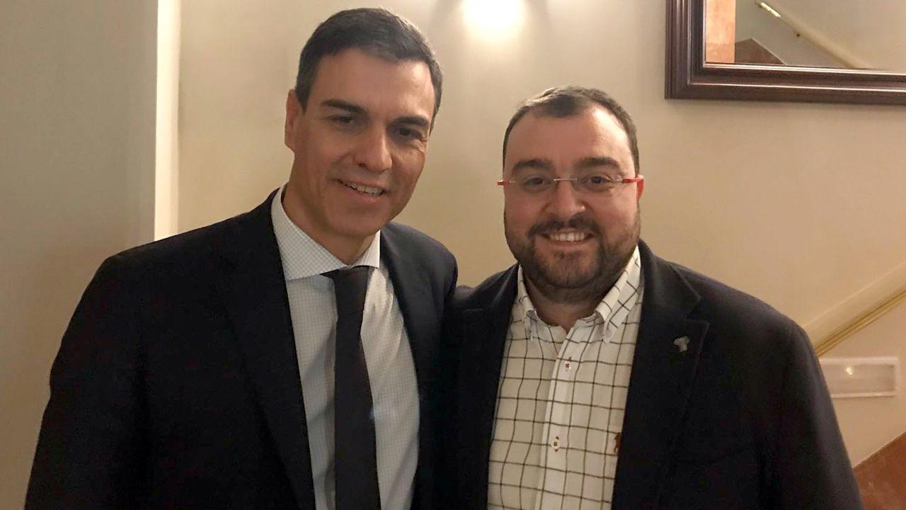 .Pedro Sánchez y Adrián Barbón, tras el triunfo de la moción de censura