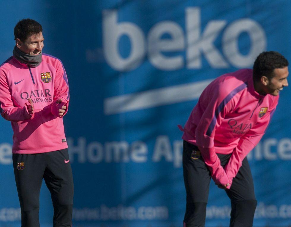 Homenaje al jugador del Sporting Celanova.Messi (izquierda) y Pedro, durante una sesión.