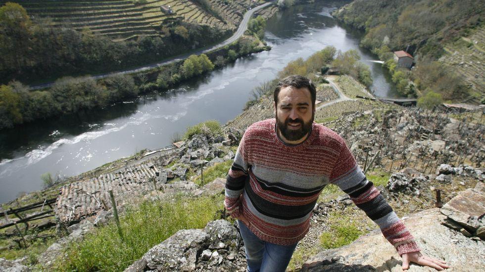 A presa de Belesar onte e hoxe.El vecino Justo Vázquez muestra la repisa sobre la que estaba la imagen desaparecida