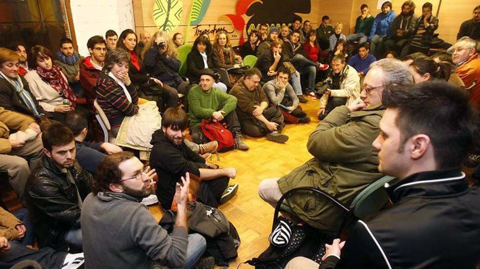 Emilio León interviene durante la presentación de Podemos en la biblioteca del Fontán en enero de 2014.Emilio León interviene durante la presentación de Podemos en la biblioteca del Fontán en enero de 2014