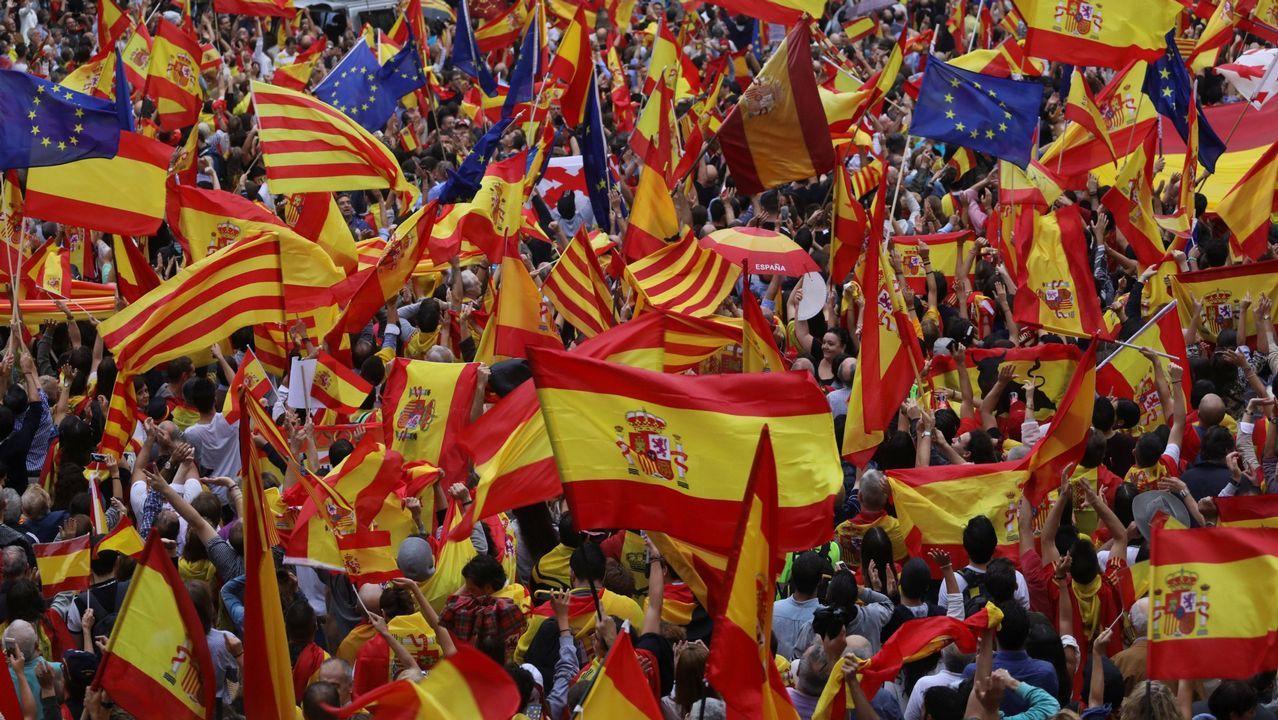 La Junta Electoral apercibe a Carmen Calvo por usar las redes del Gobierno contra el PP y Ciudadanos.Miles de catalanes, con la Constitución. El 30 de septiembre, el día antes del referendo ilegal. los manifestantes contra el secesionismo desbordaron la plaza de Sant Jaume. Llevaban banderas españolas, catalanas y europeas.