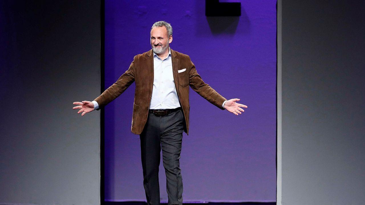 El diseñador Marcos Luengo saluda al finalizar la presentación de la colección Otoño - Invierno 2019-20 en la Mercedes-Benz Fashion Week de Madrid, que se celebra estos días en el recinto ferial Ifema