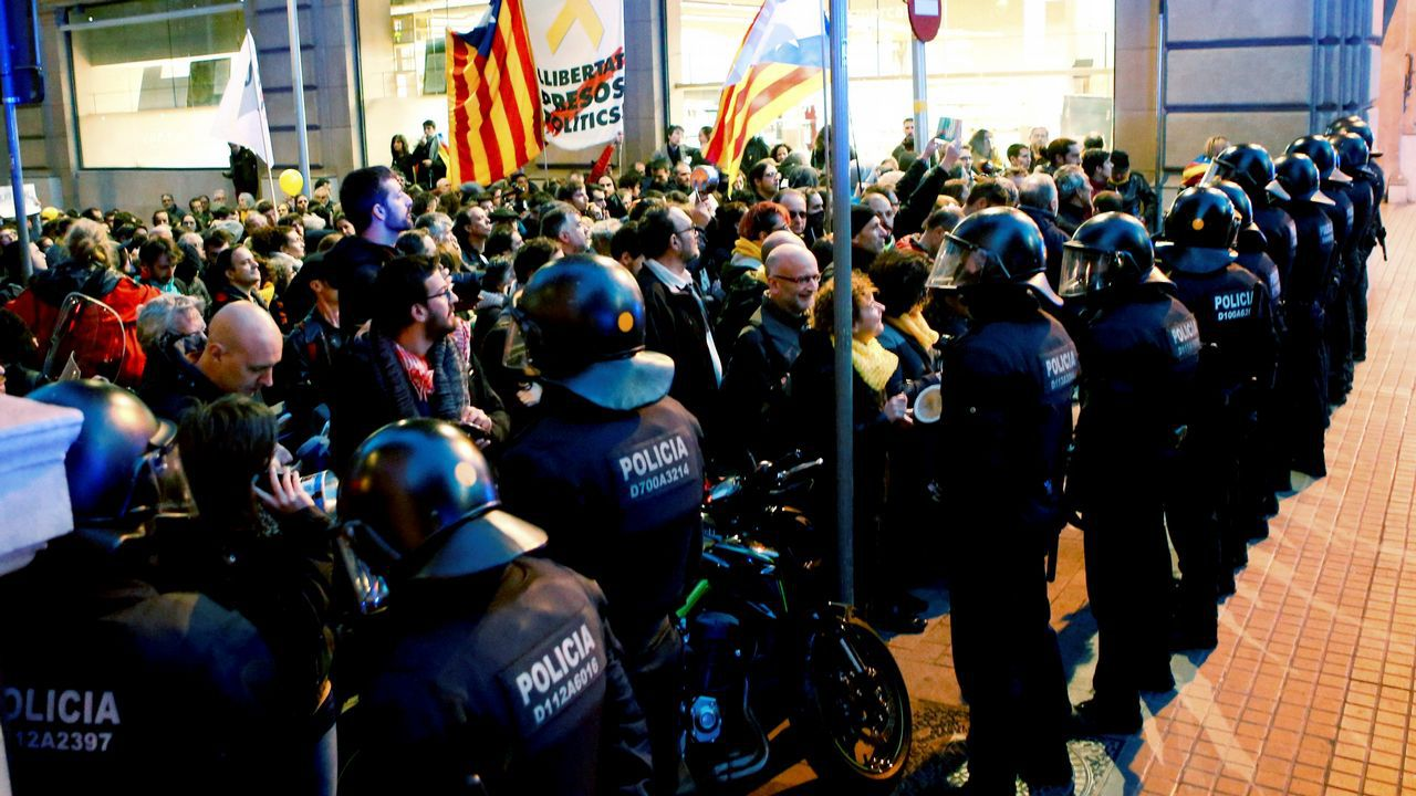 .Varios grupos se situaron ante el fuerte cordón policial que los Mossos y la Policía Nacional establecieron tanto en Urquinaona como en las calles de acceso a la Vía Laietana