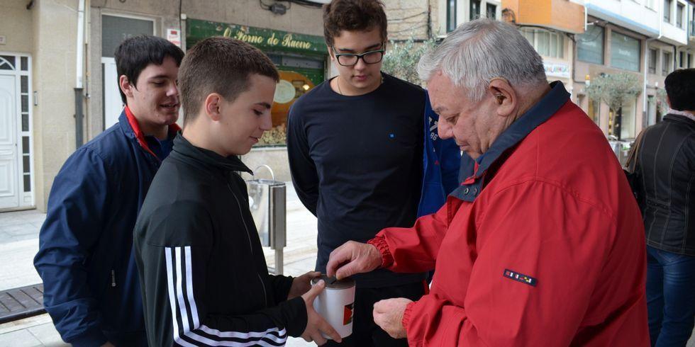 Alumnos del centro solicitaron aportaciones por la calle.