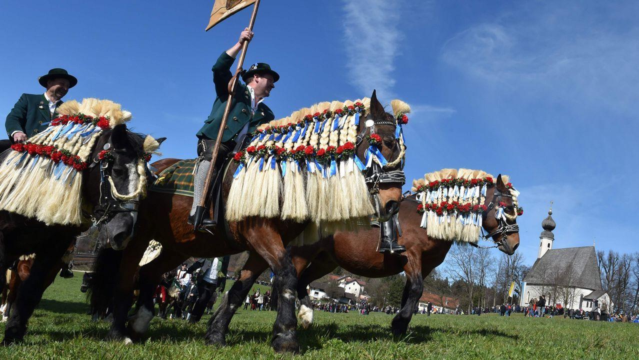 Un grupo de personas vestidas con trajes bávaros tradicionales particpan en una carrera en Traunstein