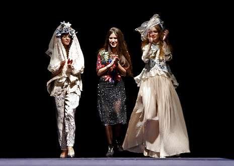 Laura Otero (centro) ganó el primer premio de Debut por su colección «Real belle dolls».