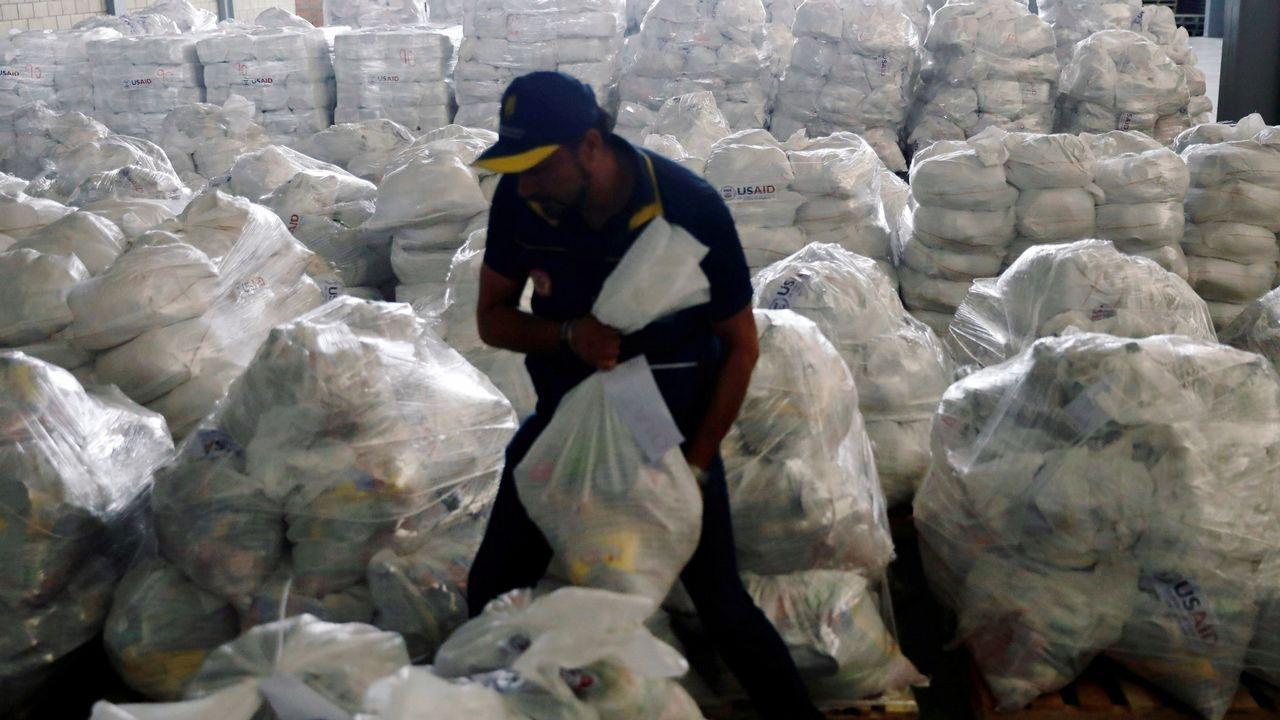Un voluntario ordena los paquetes de ayuda en Colombia