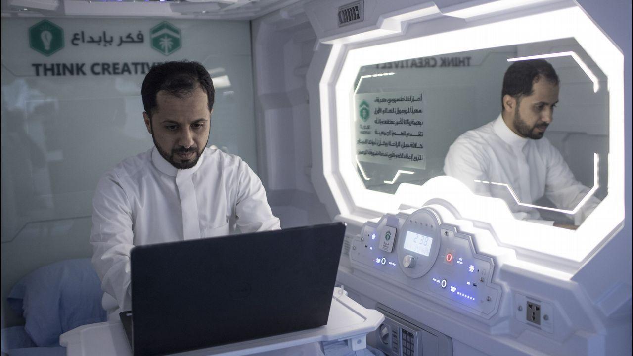 .Un peregrino hajj musulmán utiliza su computadores dentro de su habitación/cápsula en un hotel móvil dispuesto en La Meca