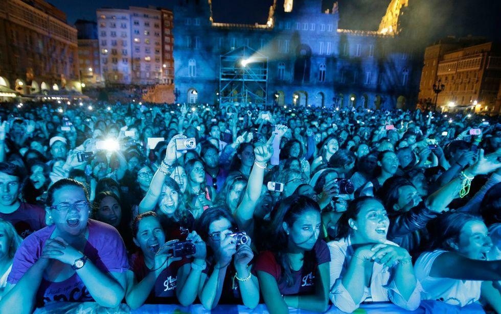 .Público en la plaza de María Pita viendo un concierto de Malú en el 2013.