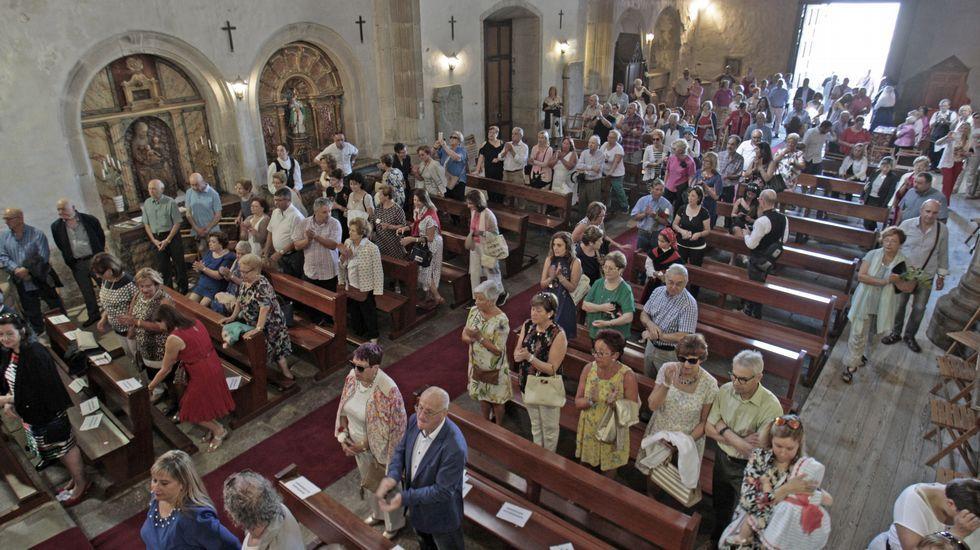 La procesión previa a la ofrenda floral, con la torre del castillo de San Vicente de fondo.Numerosos fieles acudieron a la iglesia de San Vicente para presenciar la misa del día de la patrona de Monforte