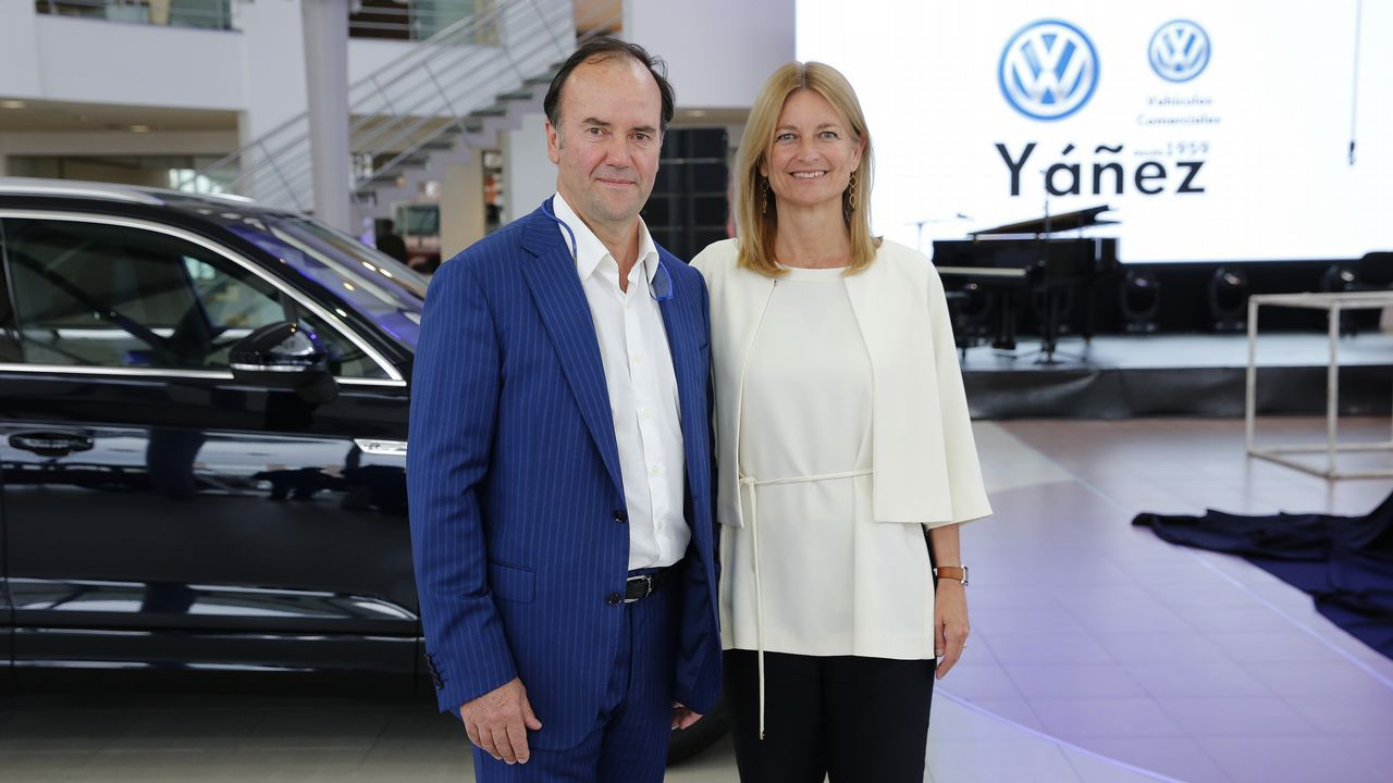 BMW R 1250 GS, Dios salve a la reina.El gerente de Yáñez Coruña, Pedro Ignacio De María Castellanos, y la directora general de Volkswagen España, Laura Ros.
